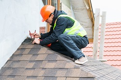 Roofer reparing roof in Sevenoaks and Maidstone